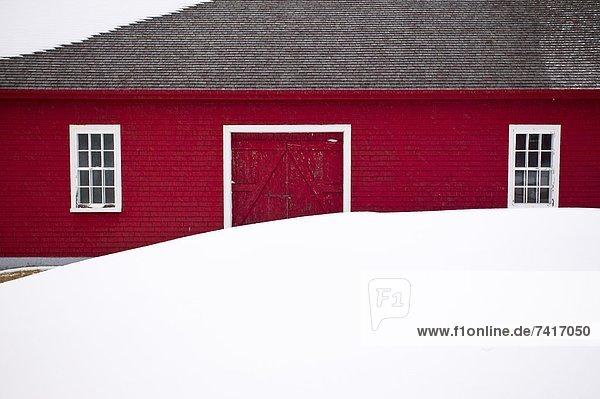 Winter Fenster weiß dahintreibend Scheune rot Kanada Quebec Schnee