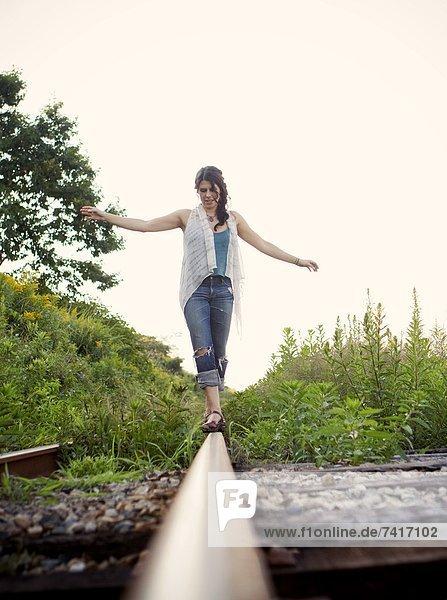 Spur  Frau  balancieren  Sommer  jung  Zug