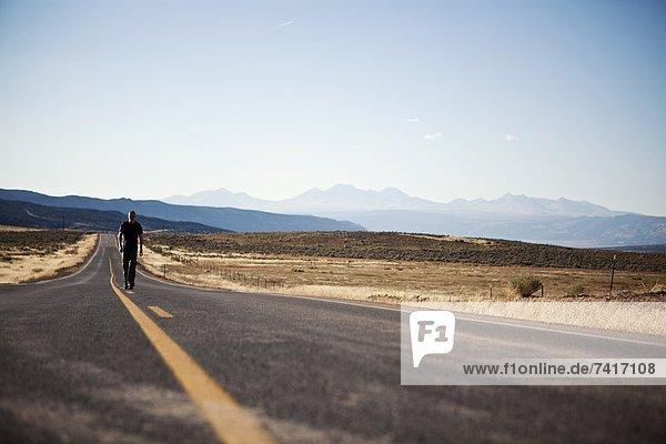 leer  Mann  gehen  Fernverkehrsstraße  vorwärts