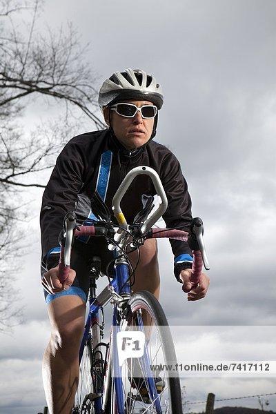fahren  Fahrradfahrer  Fernverkehrsstraße