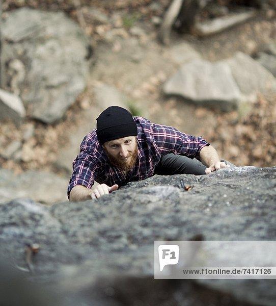 Felsbrocken  halten  Ehrgeiz  grimassieren  Grimasse  Grimassen schneiden  das Gesicht verziehen  Klettern  greifen