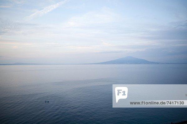 klein Boot Hintergrund angeln Berg Motor Bucht Italienisch Neapel
