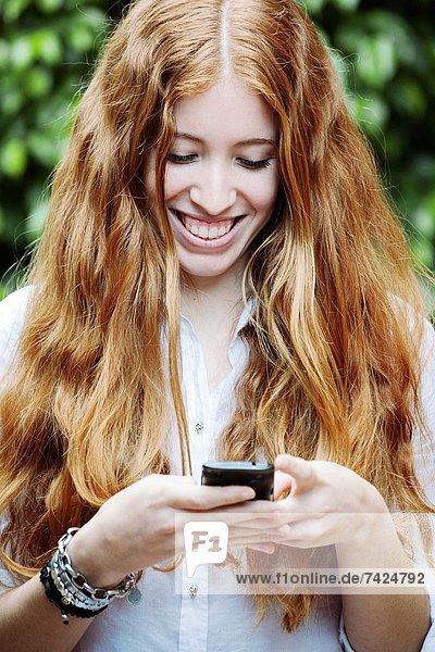 Handy  Kurznachricht  Mädchen  rothaarig