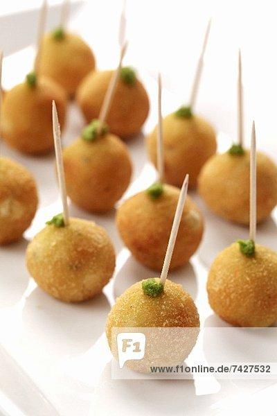 Frittierte Reisbällchen auf Zahnstochern