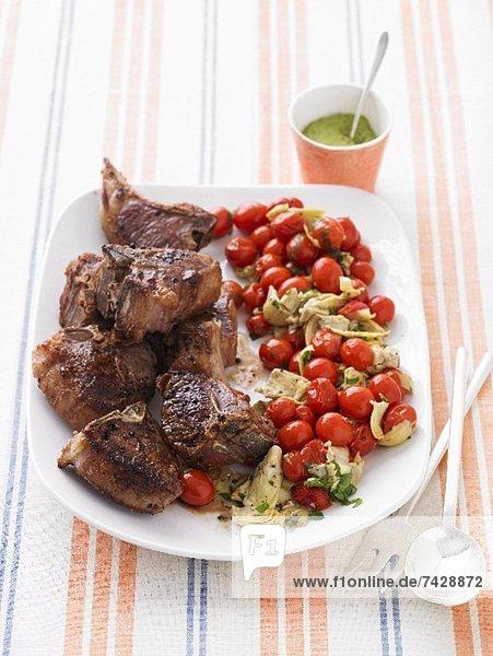 Lammchops mit gebratenen Tomaten und Artischocken
