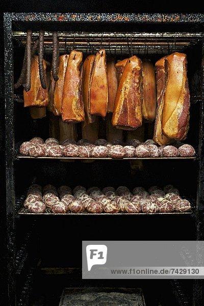 Räucherkammer mit Speck und Saumaisen (Knödel aus feingehacktem Pökelfleisch)