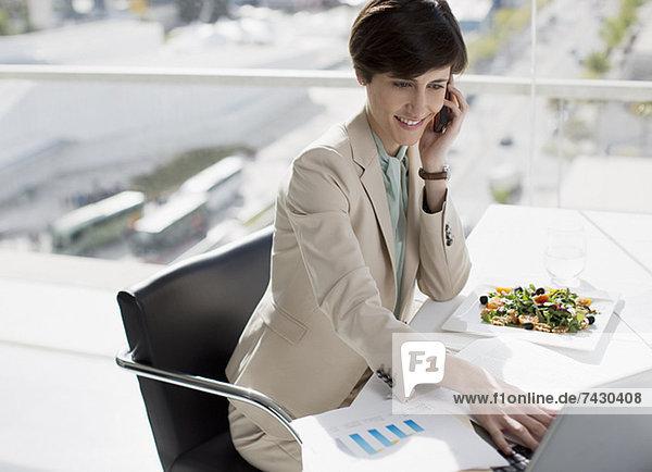 Geschäftsfrau Multitasking am Schreibtisch