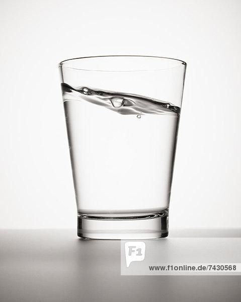 Wasser schwappt in Glas