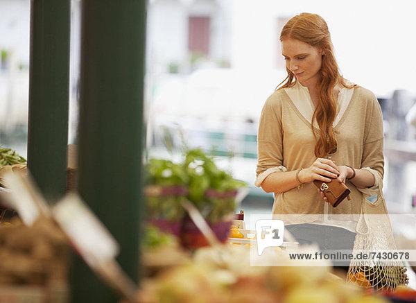 Frauen beim Einkaufen im Freiluftmarkt