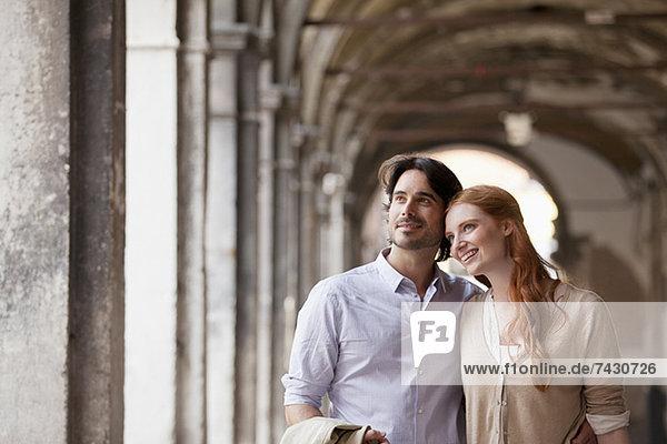 Lächelndes Paar im Flur in Venedig