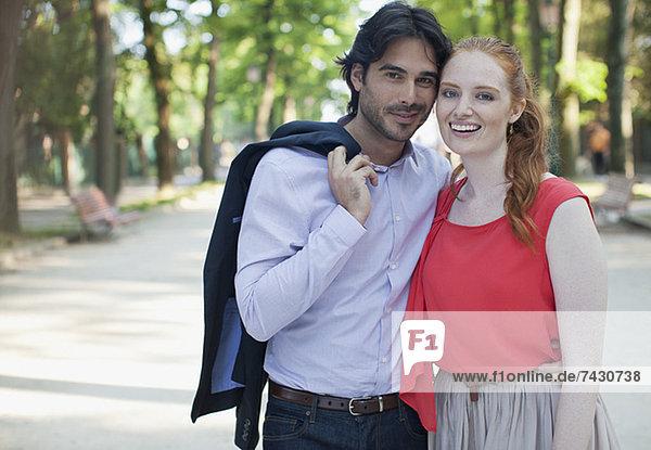 Porträt eines lächelnden Paares im Park