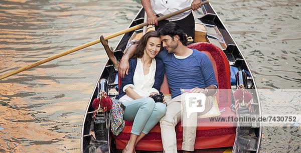 Lächelndes Paar beim Gondelfahren in Venedig