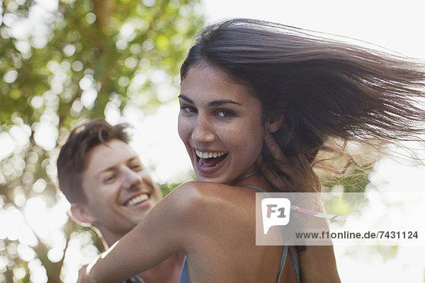 Nahaufnahme eines Mannes mit lächelnder Freundin