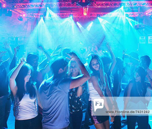 Leute  die auf der Tanzfläche des Nachtclubs tanzen.