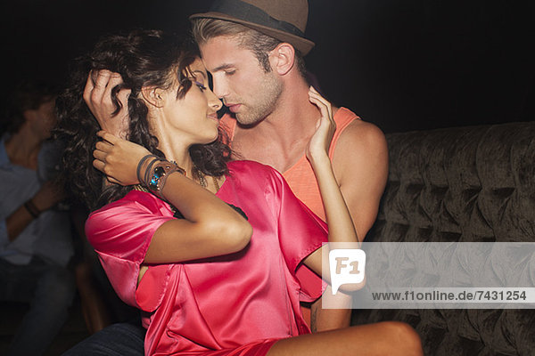 Sexy Paar Umarmung im Nachtclub