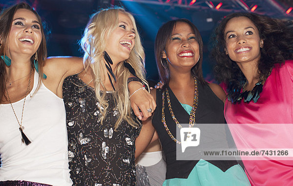 Glückliche Frauen im Nachtclub