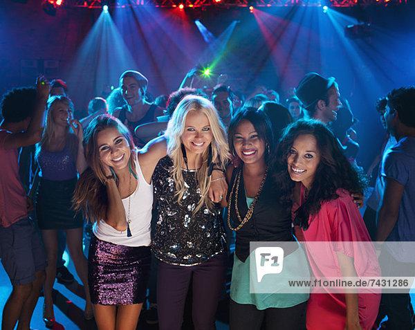 Porträt von lächelnden Frauen auf der Tanzfläche im Nachtclub