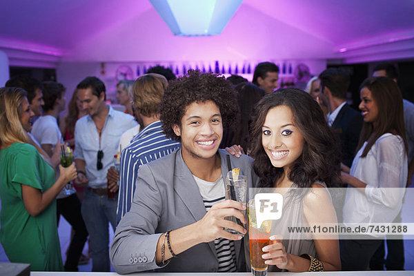 Porträt des lächelnden Paares in der Bar des Nachtclubs