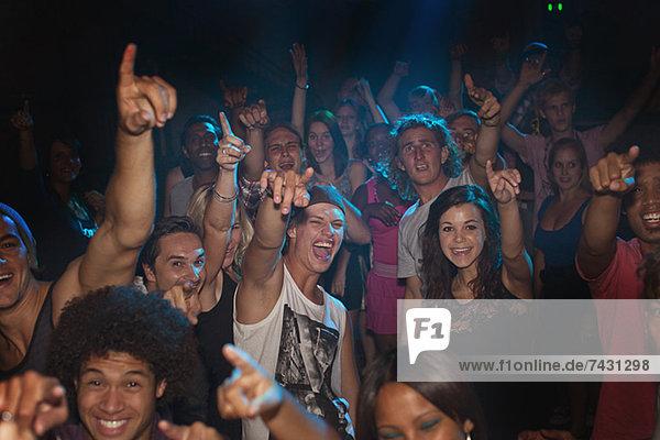 Begeisterte Zuschauer jubeln beim Konzert