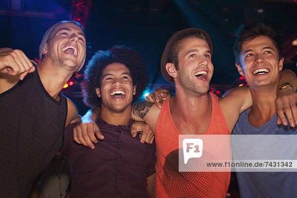 Begeisterte Männer beim Konzert