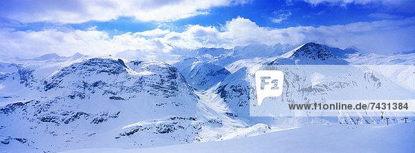 Blick auf die schneebedeckte Bergkette