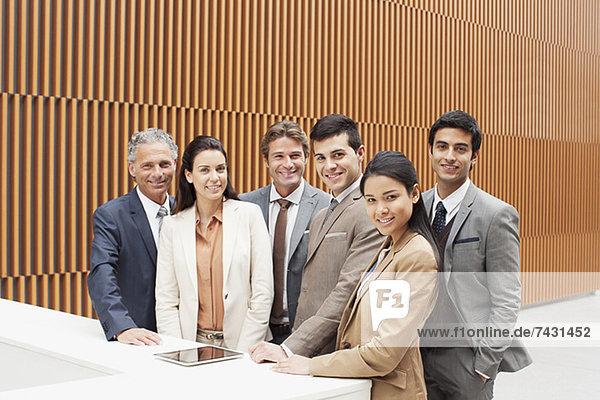 Portrait von lächelnden Geschäftsleuten