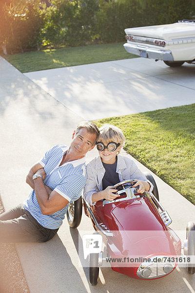 Vater lächelt mit Sohn im Einkaufswagen