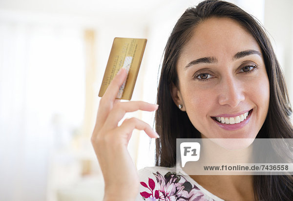 Europäer  Frau  halten  Kredit  Kreditkarte  Karte