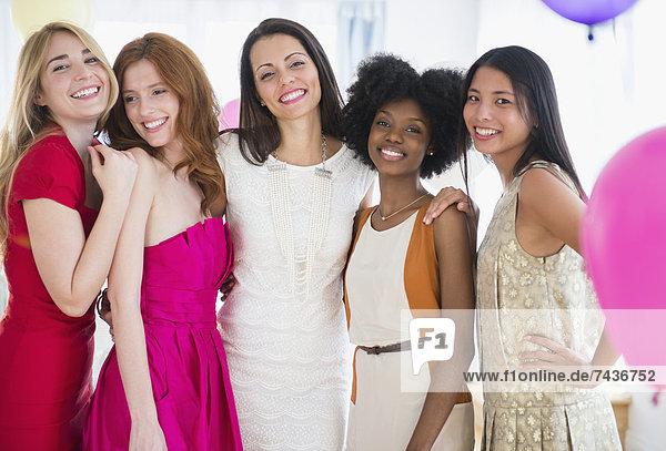 stehend Zusammenhalt Frau lächeln Party