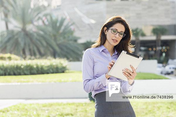benutzen  Geschäftsfrau  Hispanier  Tablet PC