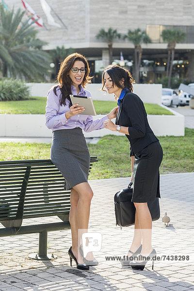 Zusammenhalt  Geschäftsfrau  sehen  Hispanier  Tablet PC