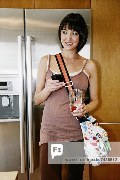 Handy  benutzen  Frau  Küche  mischen  Mixed