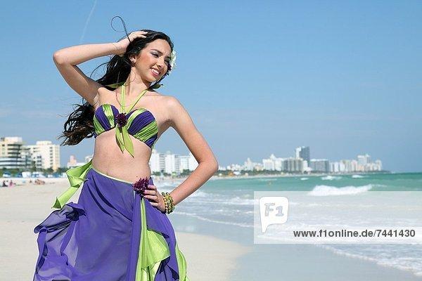 Vereinigte Staaten von Amerika  USA  Frau  Pose  Strand  jung  Florida  Miami Beach