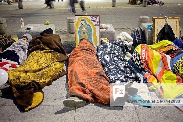Fotografie  Amerika  Tag  Straße  füllen  füllt  füllend  schlafen  Großstadt  Heiligtum  Mexiko  Kunde  Fest  festlich  Regenwald  Pilgerer  Basilika