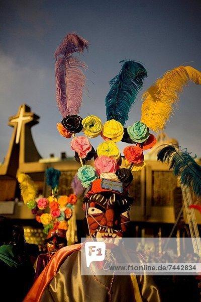 Außenaufnahme  tanzen  Großstadt  Kleidung  zeigen  Heiligtum  rot  Mexiko  Basilika  Teufel