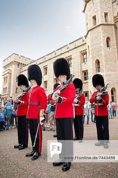 Wohnhaus Großbritannien London Hauptstadt frontal Monarchie wechseln Wachmann Juwel