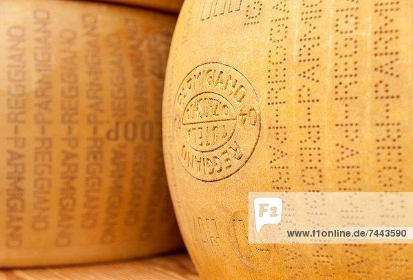 Nahaufnahme von großen Rädern von Parmesan-Käse