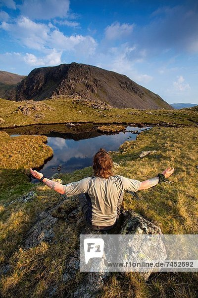 Berg  Mann  Bewunderung  See  Berggipfel  Gipfel  Spitze  Spitzen  früh  40  Cumbria  Ortsteil  England