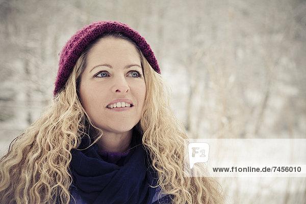 Blonde Frau in Winterkleidung im Freien  Portrait