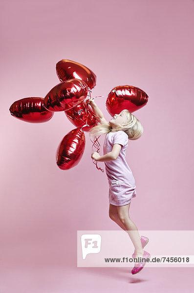 Mädchen im Kleid mit Luftballons