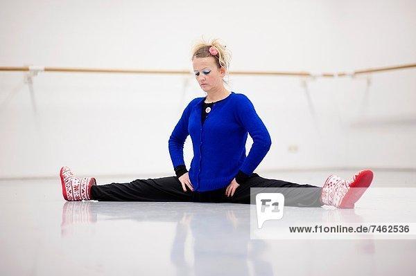 Fachleute  tanzen  strecken  Tänzer  beschäftigt  gerade  üben  Niederlande  modern  modern dance  Tilburg