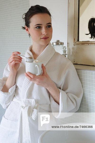 Frau  Tasse  Badezimmer  jung  Kaffee