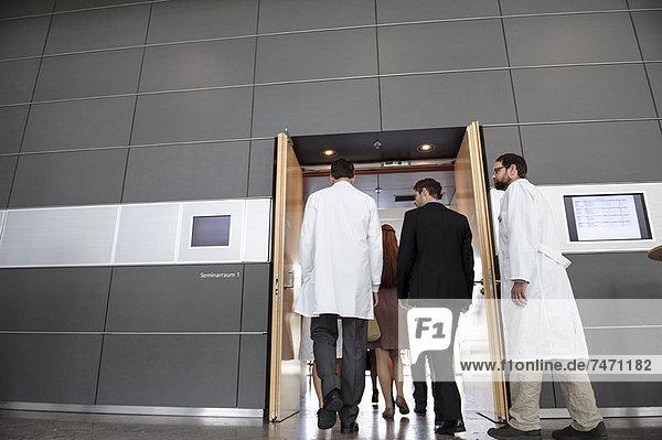 Geschäftsleute und Ärzte im Büro