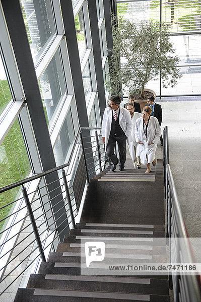Ärzte beim Treppensteigen im Büro