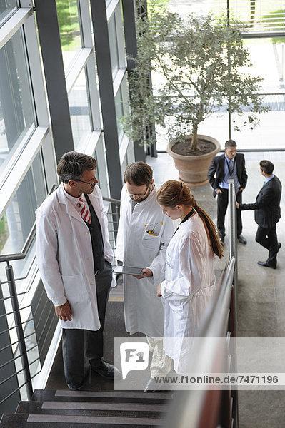 Ärzte im Gespräch auf der Treppe im Büro