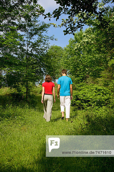 Paar auf der Wiese spazieren gehen
