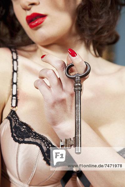 Frau in Dessous mit Skelettschlüssel