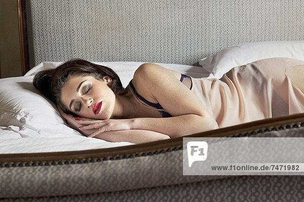 Frau in Unterwäsche schlafend im Bett
