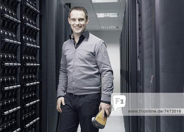 Mann arbeitet im Serverraum
