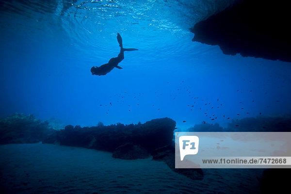 Frau beim Schnorcheln im tropischen Wasser